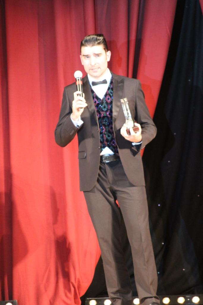 Karl-Harry Winson reçoit fièrement le titre de la Personnalité masculine de la danse 2015