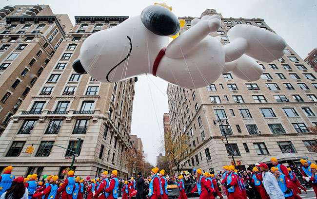 Le célèbre Snoopy prend l'air pendant la Parade Macy's 2014 pour le Thanksgiving Day (Photo: Bryan Smith for NewYork.com)