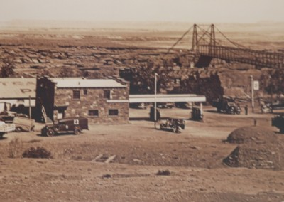 Construit en 1927, le Navajo Bridge enjambe le Colorado, quelques km avant Page.