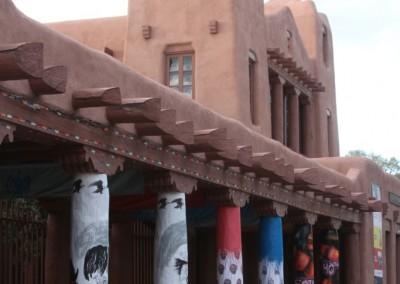 Galerie décorée autour de la plaza