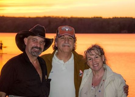 Marie-Claude Gil et son mari Lucien en compagnie de Dan Albro, à Quidnick Lake, Coventry (RI)