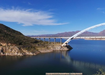 Le pont du lac Roosevelt d'une rive...