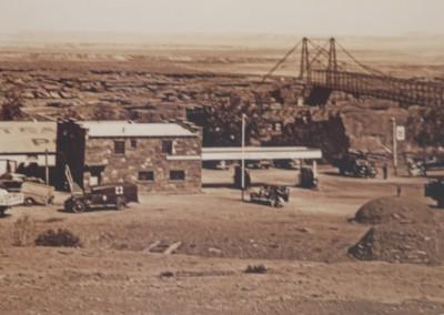 Construit en 1927, le Navajo Bridge enjambe le Colorado, quelques km avant Page.