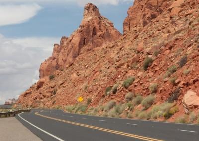 Les roches rouges surplombent la route