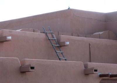 Les pièces des maisons sont juxtaposées et on entrait par le toit au moyen d'une échelle (facile à retirer en cas d'attaque).